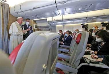 Francisco en su tradicional conferencia en medio vuelo. Foto AFP