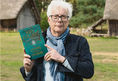 Ken Follett con uno de sus libros