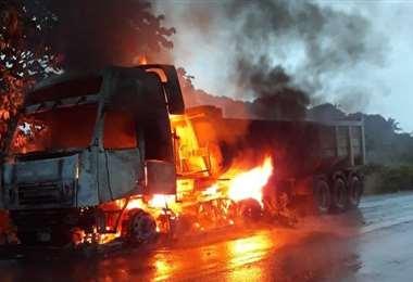 Camión se incendia en la ruta a Cochabamba I EL DEBER.