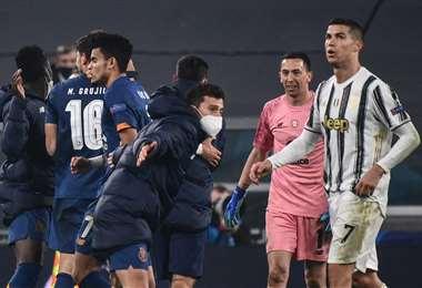 Los jugadores del Oporte celebran ante la presencia de Cristiano Ronaldo. Foto: AFP