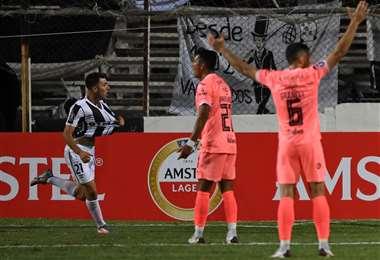 El festejo de Rolón, que hizo el gol de Wanderers. Foto:  AFP