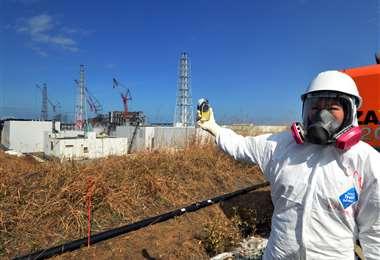 Esta persona verifica los niveles de radiación. Foto AFP