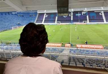 Evo viendo el partido de fútbol I Twitter.