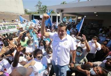 Fernández en su casa de campaña I Juan Carlos Torrejón.