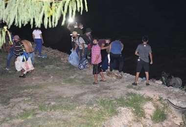 Gente cruzando desde Argentina hasta territorio de Bermejo