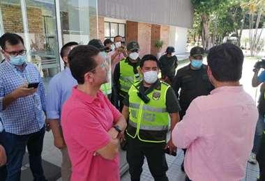 Policía impide el ingreso de Gary Áñez al TED. Foto: JC Torrejon