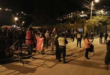 Vigilia en las afueras del TED en Sucre. Foto: William Zola