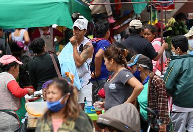 Muchas personas aún se resisten a utilizar barbijo en los mercados. Foto. Jorge Ibáñez