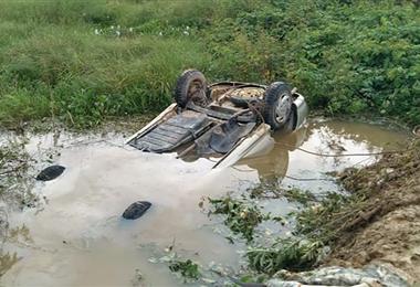 El vehículo quedó hundido en el agua por varios minutos. Foto. Radio Ritmo Reyes