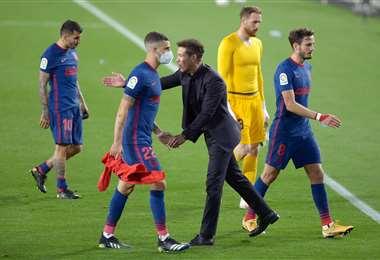 Simeone, DT de Atlético Madrid,  alienta a sus jugadores tras el empate. Foto: AFP