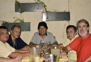 El expresidente Morales con ex futbolista y el dirigente Robert Blanco.