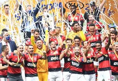 La celebración de los jugadores del Flamengo con el trofeo en mano. Foto: AFP