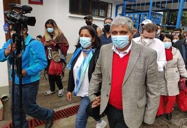 Arias emitió su voto en el recinto instalado en el colegio Franco Boliviano