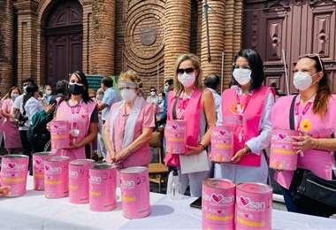 Las damas de rosado convocaron a sumarse a la causa solidaria
