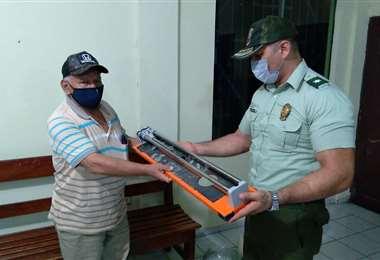 El jefe de la Policía de Minero entrega lo recuperado al afectado