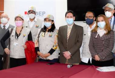 La misión de Uniore junto con los vocales del TSE (Foto: TSE)