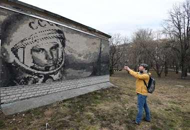 Un mural dedicado a Yuri. Foto: AFP