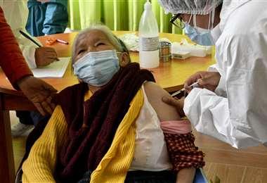 La inmunización contra el coronavirus avanza lentamente