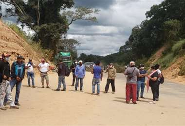 Trabajadores bloqueando la ruta.