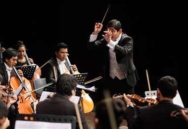 El director de la orquesta es Isaac Terceros
