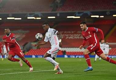 Vinicius, del Real Madrid, se escapa de la marca de Wijanldum y Kabak. Foto: AFP