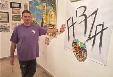 Pablo Arza junto a una de sus obras en el MAC
