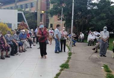 Adultos mayores aguardan su vacunación contra el Covid-19. Foto: L Mendieta