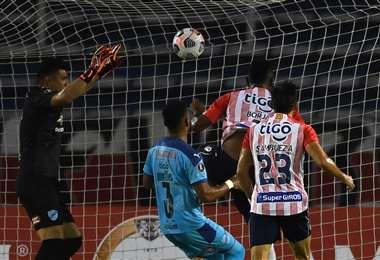 El cabezazo de Miguel Ángel Borja, autor del gol de Junior sobre Bolívar. Foto: AFP