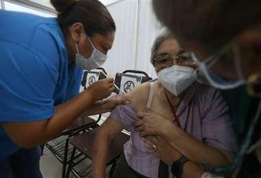 Covid-19: largas filas en el 1º día de vacunación a mayores de 80 años. Fotos: F. Landívar