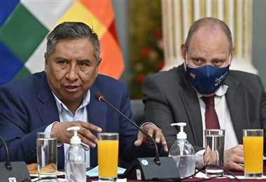 El canciller Rogelio Mayta en conferencia de prensa este 16 de abril de 2021. Foto: AFP