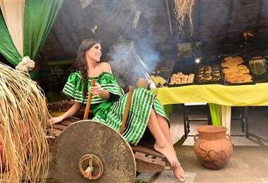 La miss Bolivia luce un tipoy del Oriente boliviano
