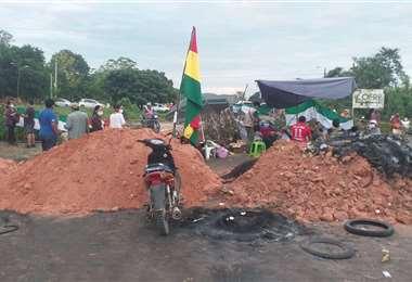 Salubristas de Gran Chaco bloquean carretera