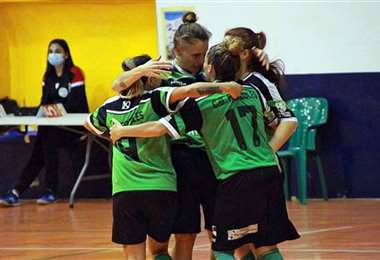 Gálvez celebrando con sus compañeras. Foto: Facebook Cokito Gálvez