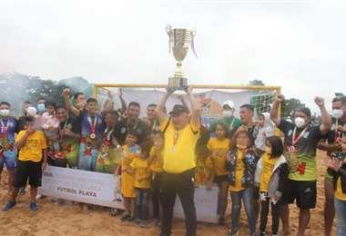 El equipo de Salud Santa Cruz con el trofeo de campeón. Foto: Juan C. Torrejón