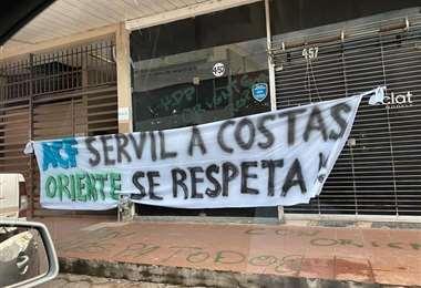 Esta otro letrero fue puesto en la parte externa del edificio de la ACF. Foto: Internet