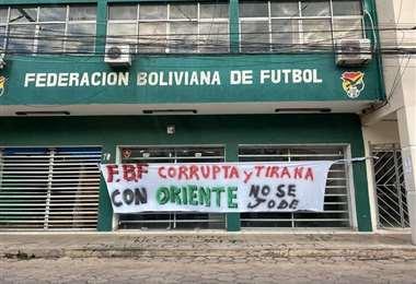 Esta es la pancarta que fue puesta en las afueras del edificio de la FBF. Foto: Internet