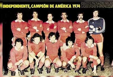 Una formación similar de Independiente enfrentó a un combinado local en 1974
