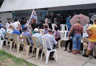 Gran cantidad de personas en los centros de vacunación. Foto. Leyla Mendieta