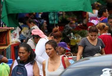 Un montón de gente sale a la calle si barbijo. Foto: Juan Carlos Torrejón