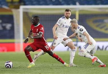 Sadio Mane, de Liverpool, se escapa de la marca de un defensor del Leeds. Foto. AFP