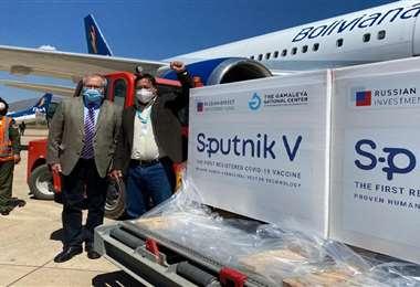Arce (der.) estuvo acompañado del embajador ruso en Bolivia. Foto: ABI
