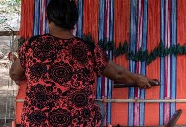 Reyna Cayú en plena producción de telares chiquitanos