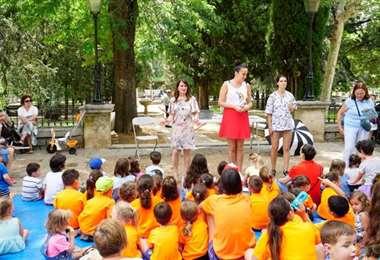 En la actividad de los cuentacuentos los niños escuchan y preguntan sobre lo que se lee