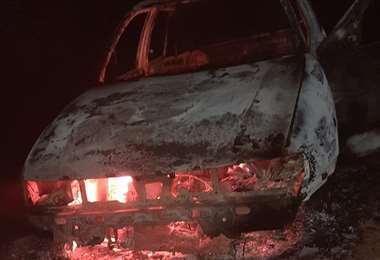 El vehículo fue consumido por el fuego en una calle del barrio Mapaizo