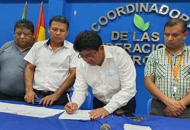 Montaño llegó hasta Lauca Ñ y firmó el acuerdo