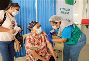 Actualmente, se vacuna a personas mayores de 80 años
