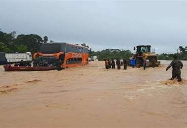 Personas que quedaron atrapadas en el río Cesarzama, en Chimoré. Foto: Jhonny Rappu