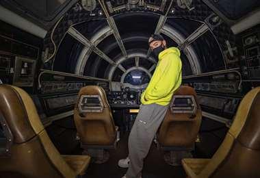 El cantante colombiano en el interior de la nave Millennium Falcon