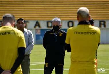 Luis Orozco, con barbijo, durante la práctica del Tigre. Foto: Prensa The Strongest