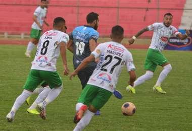 Junior Sánchez, de Blooming, entre dos jugadores de Real Tomayapo. Foto: APG